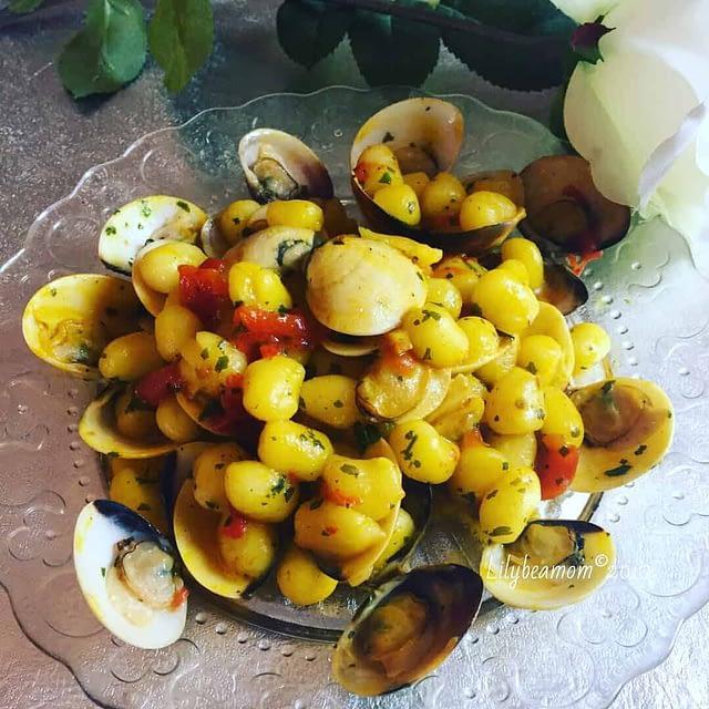 Chicche di patate alle vongole con pomodorini e zafferano