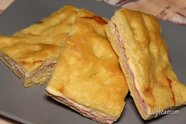 Schiacciata ripiena prosciutto cotto e formaggio   paninisopraffini.com